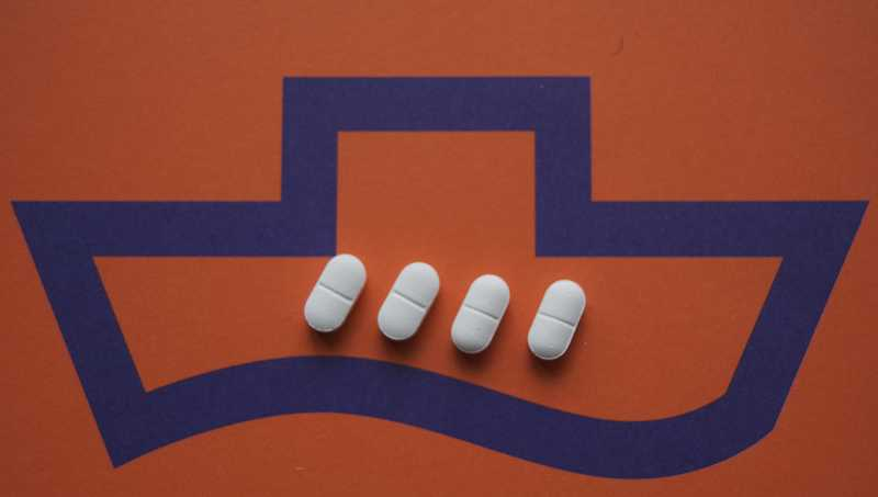 is it ok to take valtrex with prednisone